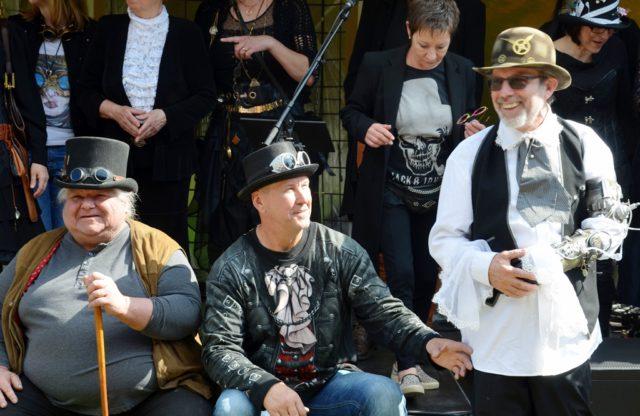 Zum Startschuss des Steampunk-Festivals versammeln sich alle Künstler und Gäste im Steampunk-Outfit auf der Bühne. (v. li. Peter Amann, Peter Wischnewski, Regis Noel) (Foto: © Martina Hörle)
