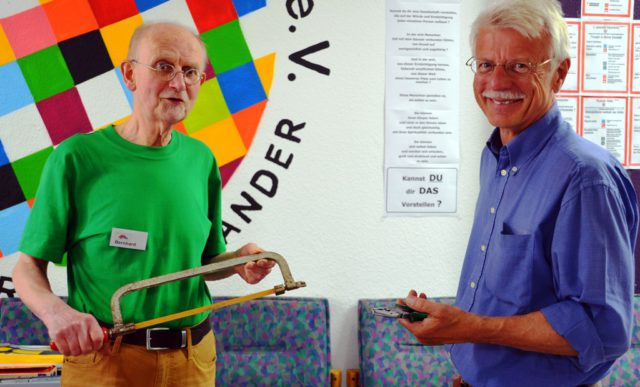 Bernhard Erkelenz (li.), Gründungsmitglied, und Klaus-Dieter Pahnke, erster Vorsitzender des gemeinnützigen Vereins Reparatur-Café Solingen, freuen sich über den regen Zulauf von Gästen. (Foto: © Martina Hörle)