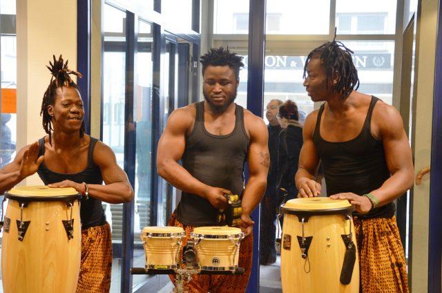 """Heute war in der Stadtbibliothek die große Abschlussveranstaltung des Projekts """"Macht!Sprache"""". Die Trommelgruppe """"étoile percussion"""" empfing die Besucher mit Trommelmusik und Tanzeinlagen. (Foto: © Martina Hörle)"""