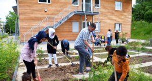Die großen und kleinen Bewohner der Flüchtlingsunterkunft arbeiten gerne zusammen in dem neuen Garten. Die Arbeit bringt willkommene Abwechslung zum Behördenalltag und fördert den Gemeinschaftssinn. (Foto: © Martina Hörle)