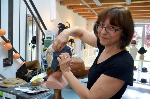 Bea Kahl hat ihr Atelier BeHaUpTungen seit 2014 in den Güterhallen im Südpark. Die gelernte Modistin liebt besonders Anlasshüte. Das ist für sie eine interessante und spannende Herausforderung. (Foto: © Martina Hörle)
