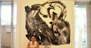 Das Werk mit dem Titel SOLO ist mit 210 x 210 cm das größte Bild, das Conny Schüssler je gemalt hat. Es ist als Hommage an K. O. Götz, einen bedeutenden Künstler der deutschen Nachkriegsgeschichte gedacht. (Foto: © Martina Hörle)