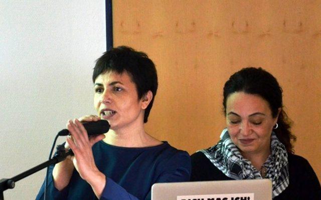 Mina Cetin, Vorstandsmitglied im Türkischen Volksverein, hat dieses Projekt ins Leben gerufen. Gemeinsam mit Birsel Kocer-Demir begrüßt sie die Besucher. Cetin hält ihre Ansprache auf Deutsch, Kocer-Demir auf Türkisch. (Foto: © Martina Hörle)