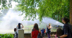 Die Leistungsschau der Löscheinheit 7 der Freiwilligen Feuerwehr fand großen Anklang. Zahlreiche Zuschauer versammelten sich am Teich. Kräftige Wasserstrahlen schossen aus Druckschläuchen oder Wasserwerfern quer über den Teich. (Foto: © Martina Hörle)