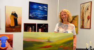 """Anke Rick ist Mitglied der Künstlergruppe """"Farben im Tal"""". Sie malt vorwiegend in Acryl mit Pinsel, Schwamm oder Spachtel. Die Künstlerin liebt besonders die Erdtöne. (Foto: © Martina Hörle)"""