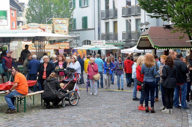 Das Walder Stadtfest lockte auch in diesem Jahr viele Besucher in den Walder Rundling. Das Fest findet bereits zum 29. Mal statt. Auch morgen ist es von 11 – 21 Uhr geöffnet. (Foto: © Martina Hörle)