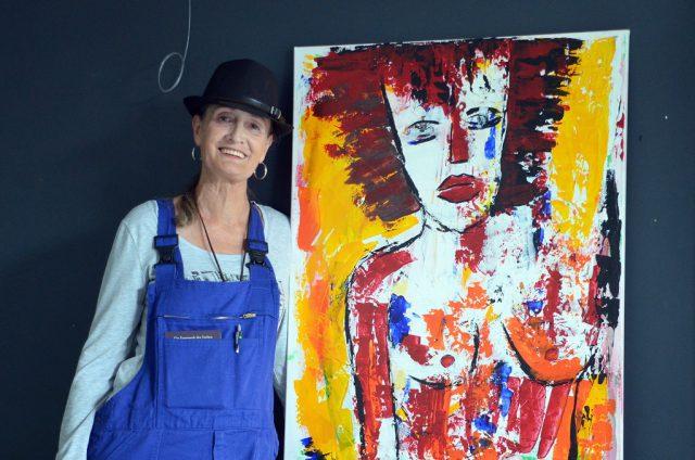 Im Jahr 2014 hat Manuela Szalla mit dem Malen begonnen. Seitdem hat die Hobbymalerin eine Fülle von Werken geschaffen. Ihre bevorzugte Technik ist Öl auf Leinwand. (Foto: © Martina Hörle)