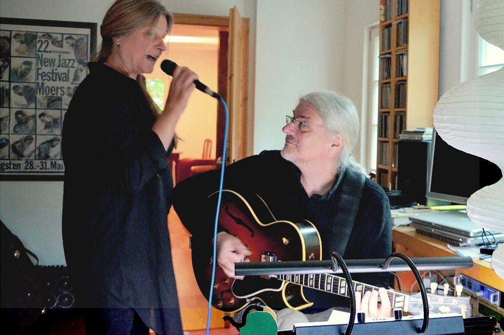Immer wieder feilen die beiden Musiker an Akkorden, manchmal an einzelnen Tönen. Irgendwann haben sie die perfekte Symbiose von Musik und Gesang gefunden. (Foto: © Martina Hörle)