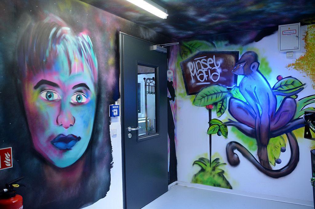 Die Wände des fünfstöckigen Proberaumhauses sind mit einer Vielzahl von beeindruckenden Graffitis verwandelt worden. Sie bringen Farbe und Fröhlichkeit. (Foto: © Martina Hörle)
