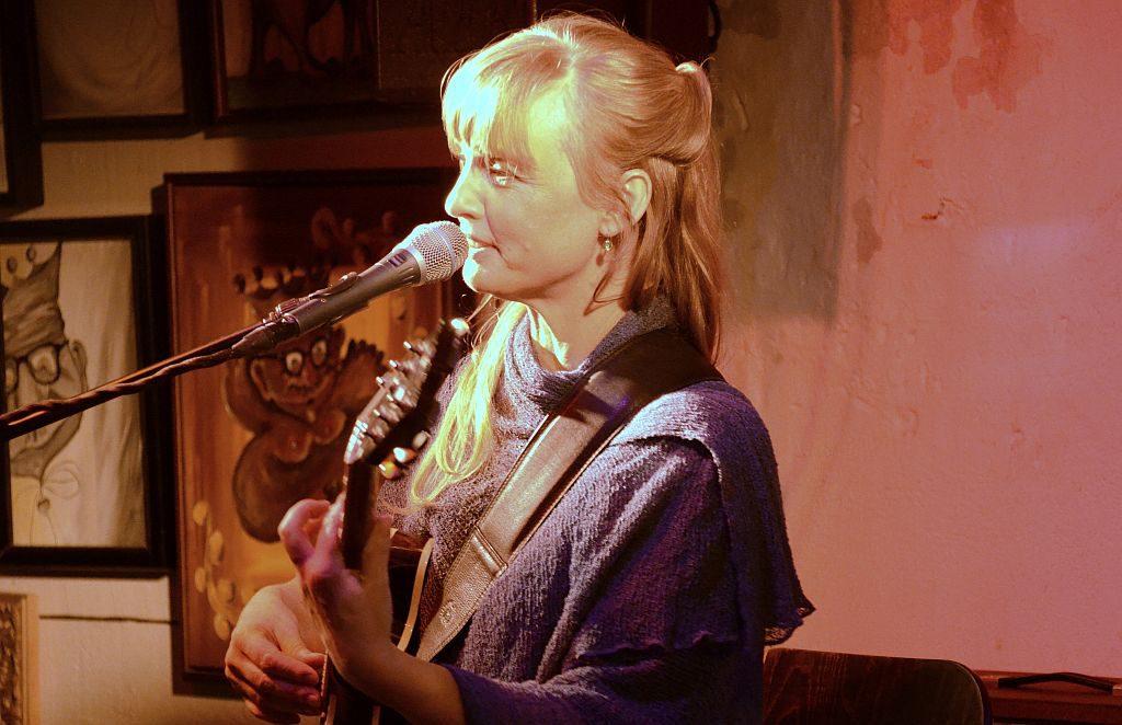 Christina Lux zog mit ihrer Darbietung die Zuhörer gleich in ihren Bann. Ihre Songs enthielten emotionale Texte mit viel Tiefgang (Foto: © Martina Hörle)