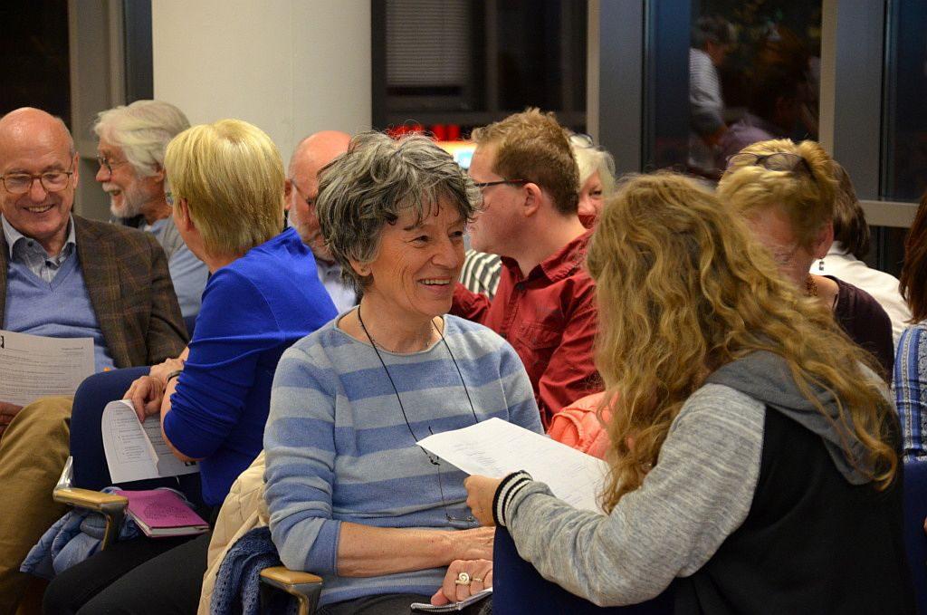 Mit Freude und Begeisterung übten sich die Teilnehmer des Abends an dem Lesen in fremden Gesichtern. Es galt, 14 Fragen aus den unterschiedlichsten Bereichen zu beantworten. (Foto: © Martina Hörle)