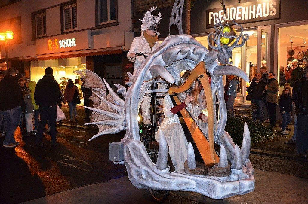 Ein Hochrad, das ein Fischmaul anschiebt – so präsentierte sich das Système Paprika beim Lichterfest. Zu Harfenmusik ertönte Gesang aus einer anderen Welt. (Foto: © Martina Hörle)