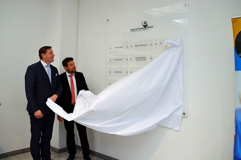 OB Tim Kurzbach (li.) und Kai Sturmfels, Vorsitzender des Fördervereins, enthüllen gemeinsam die neue Sponsorentafel. Sie ist 150 cm x 150 cm groß und aus Acryl. (Foto: © Martina Hörle)