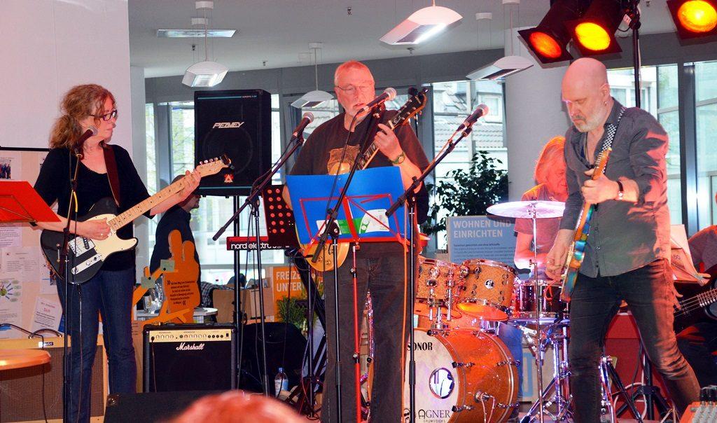 Drei Rock 60-Bands sorgen im Lichtraum der Stadtbibliothek für große Begeisterung. Sie singen Coversongs der 60er- und 70er Jahre. (Foto: © Martina Hörle)