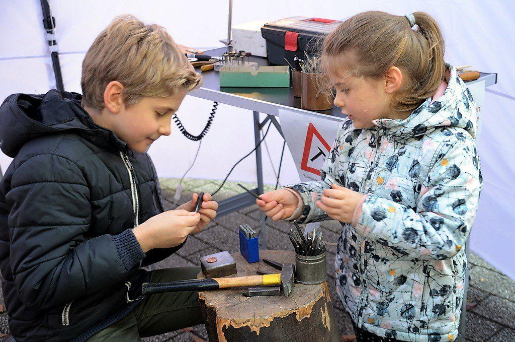 Bei Frauke Pohlmann konnte man Anhänger aus Kupfer oder Neusilber herstellen. Große und kleine Besucher machten von diesem Angebot regen Gebrauch. (Foto: © Martina Hörle)