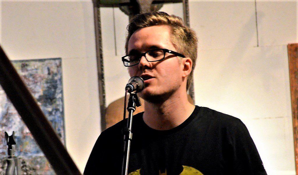 """In dem Song """"Bass"""" beschrieb Matthias Zimmer die Vorteile eines Basses gegenüber einem Tenor. (Foto: © Martina Hörle)"""