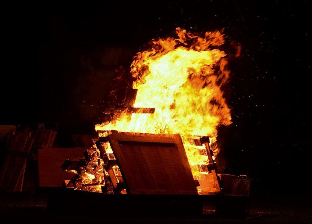Auf der großen Wiese im Stadion prasselte unter den Augen der Freiwilligen Feuerwehr ein gewaltiges Martinsfeuer. Die Flammen gaben eine geheimnisvolle Kulisse in der Dunkelheit. (Foto: © Martina Hörle)