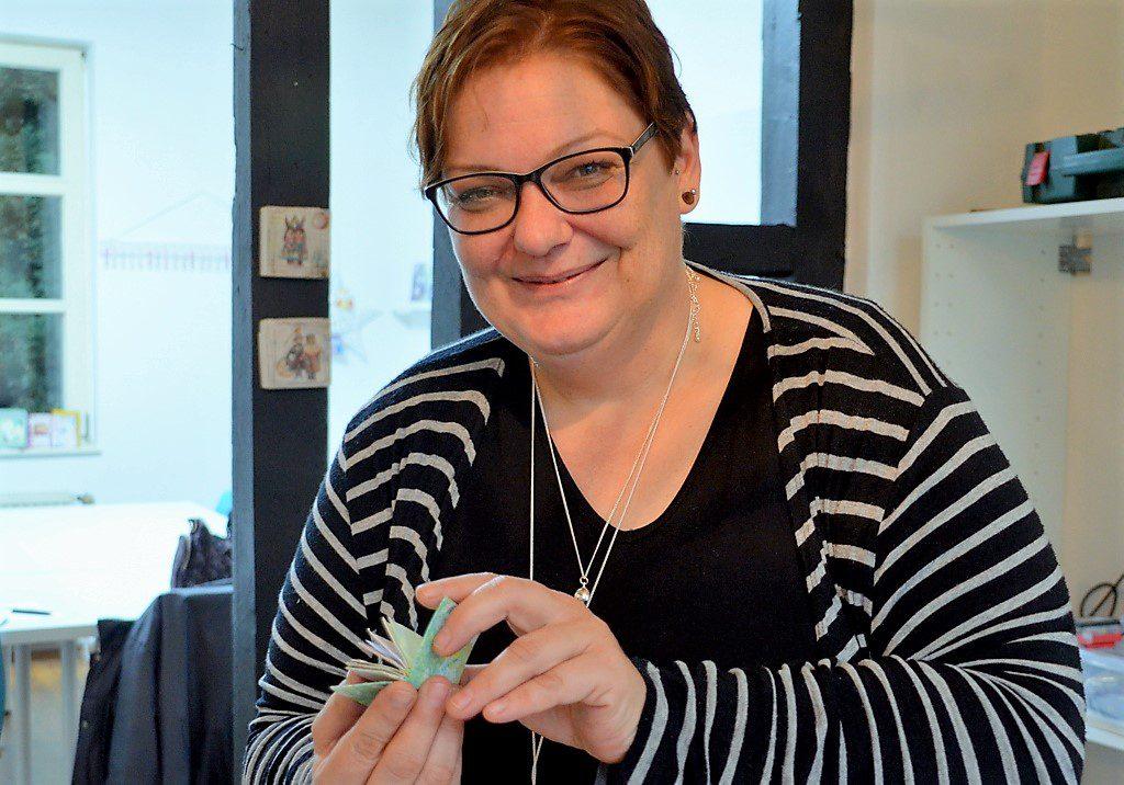 """Künstlerin und Fotografin Bogi Bell gestaltet aus Briefkuverts, Klorollen und anderen Materialien kleine Mini-Alben mit Bildern oder Sinnsprüchen. """"Sie ist ein Quell an Ideen"""", sagt ihre Kollegin Steffi Kalter. (Foto: © Martina Hörle)"""