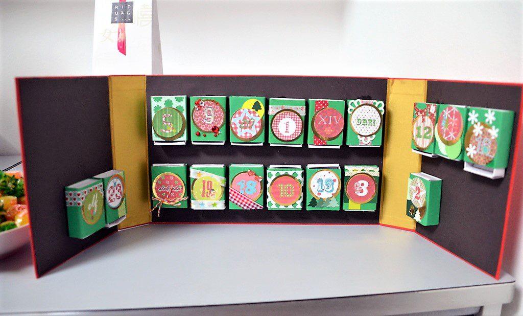 Hier ein zauberhafter kleiner Adventskalender aus Streichholzschachteln und anderen Materialien. Ein gutes Beispiel für Upcycling und sehr leicht auch für ungeübte Bastler. (Foto: © Martina Hörle)