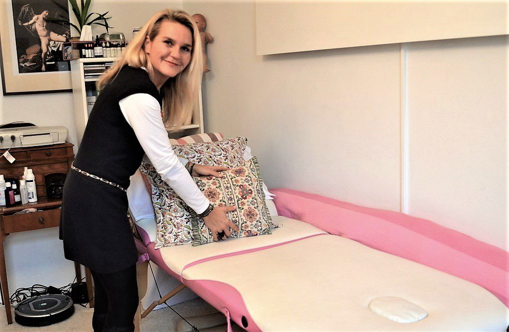 In ihrer Praxis schafft die Hebamme ein behagliches Umfeld für ihre Patientinnen. Sie liebt systemisches Arbeiten und ist glücklich, dass sie sich für diesen Beruf entschieden hat. (Foto: © Martina Hörle)