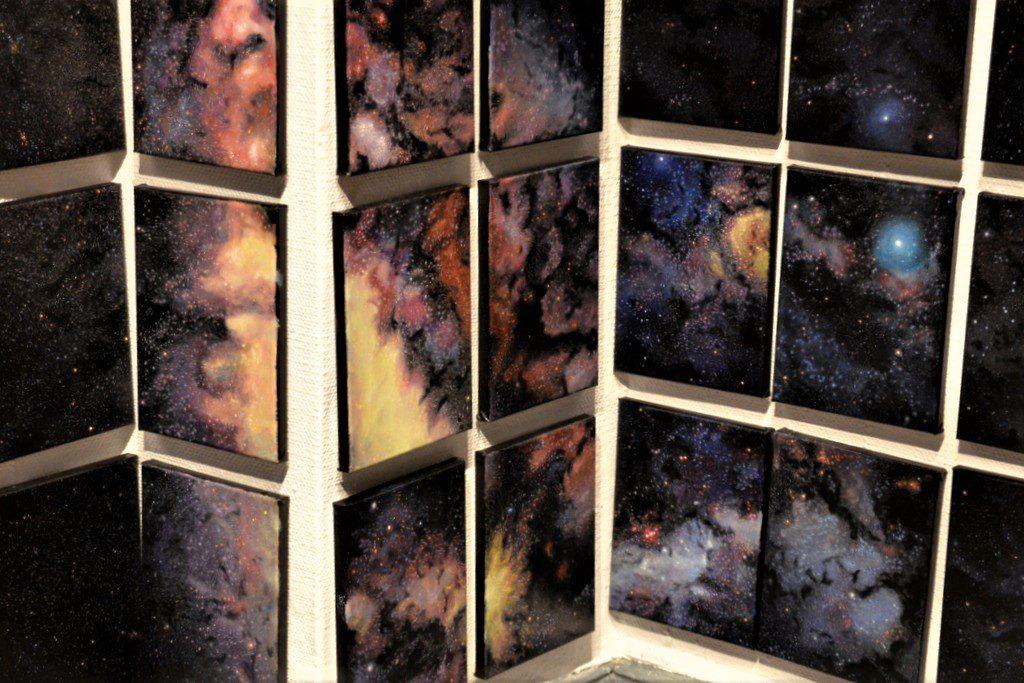 In 800 Bildern hat der japanische Künstler Hiroyuki Masuyama von NASA-Karten das Universum mit Öl auf Leinwand übertragen. 500 der Bilder schmücken die Wände der Galerie. (Foto: © Martina Hörle)