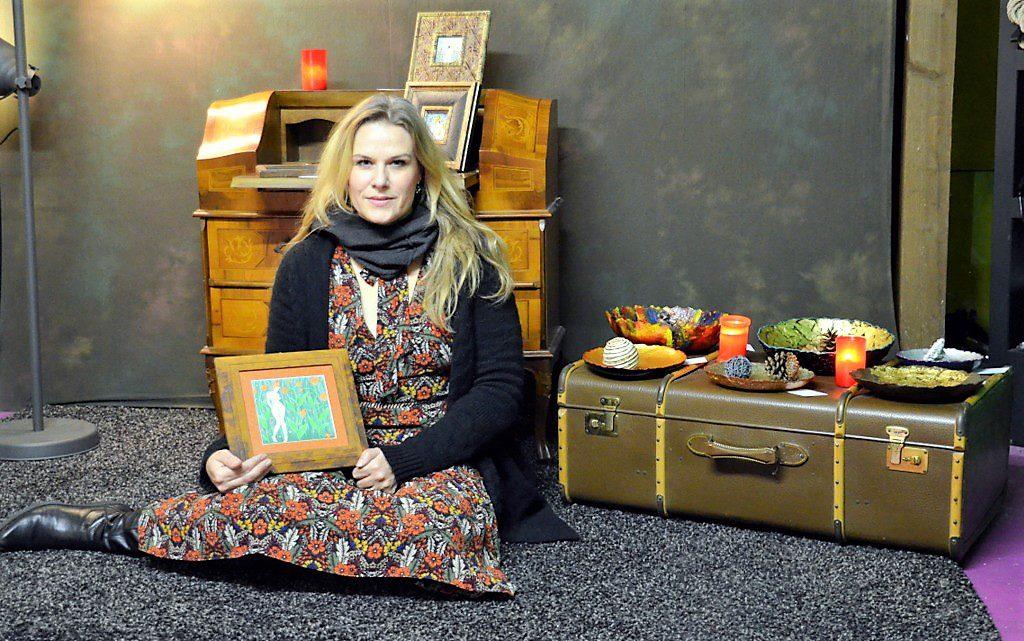 Melanie Jörns zeigt diesmal Kunst statt Foto. Die Fotografin verbindet das Zeichnerische mit der Digitaltechnik. Auf ein Tablet gezeichnete Werke werden ausgedruckt und mit Goldstift akzentuiert. Gerne setzt sie auf Anfrage fertige Fotos in Zeichnungen um. (Foto: © Martina Hörle)
