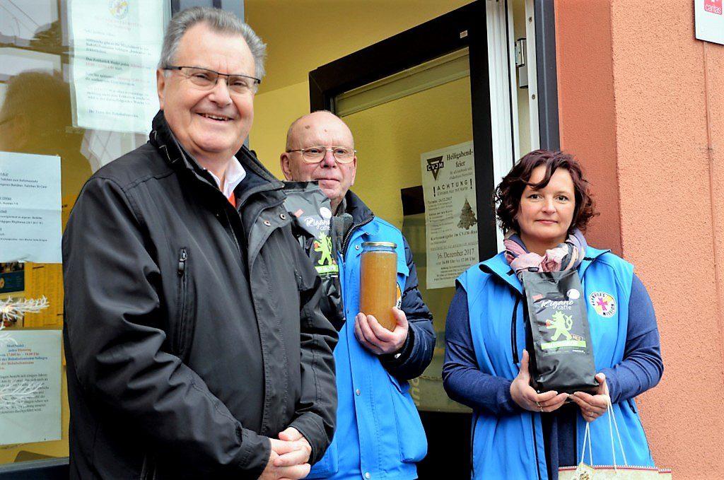 Bürgermeister Ernst Lauterjung (li.) freut sich gemeinsam mit den Missions-Mitarbeitern Hans-Joachim Henze und Bogumila Sporin über die Spendenaktion. (Foto: © Martina Hörle)