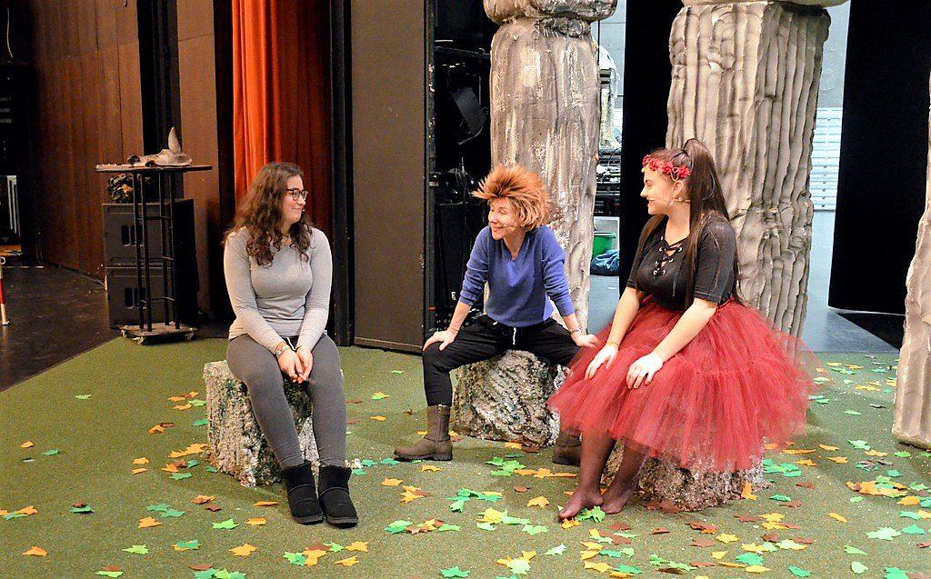 Renate Kemperdick spielt die Rolle des frechen Koboldes Puck, der mit seiner Zauberei große Verwirrung stiftet. Links neben ihr Luzie Berkenkopf, die bereits in der ersten Aufführung vor zehn Jahren eine Elfe spielte und jetzt wieder dabei ist. Rechts die Elfe Bohnenblüte, gespielt von Leonie Cronauge. (Foto: © Martina Hörle)