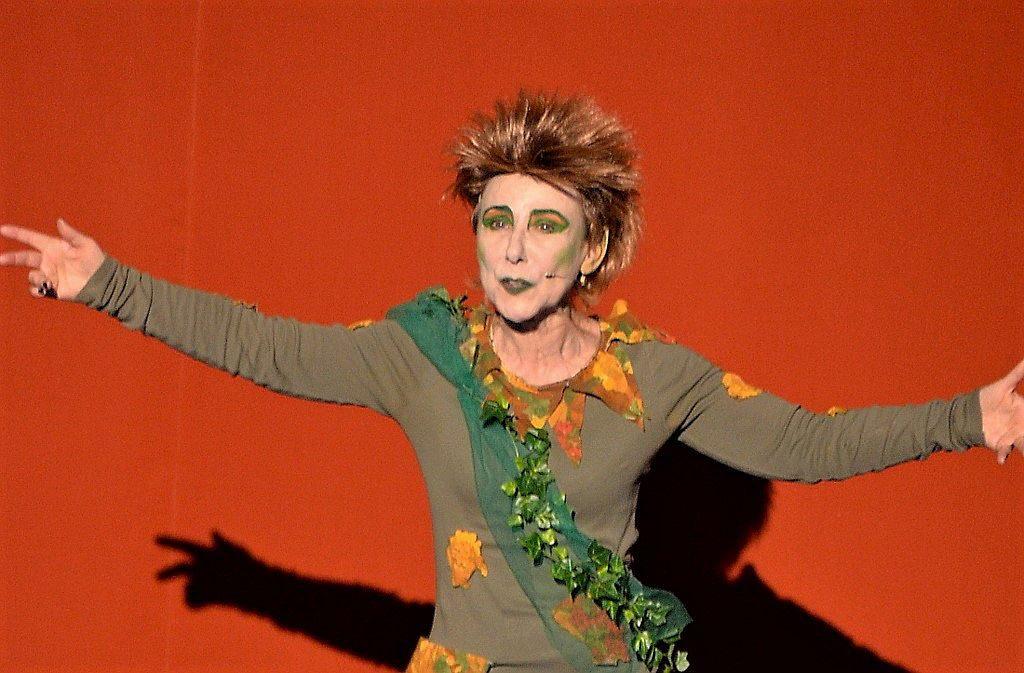 Eine brillante Darstellung von Renate Kemperdick. Sie spielt den frechen Waldgeist Puck, der für große Verwirrung unter den Liebenden sorgt. (Foto: © Martina Hörle)