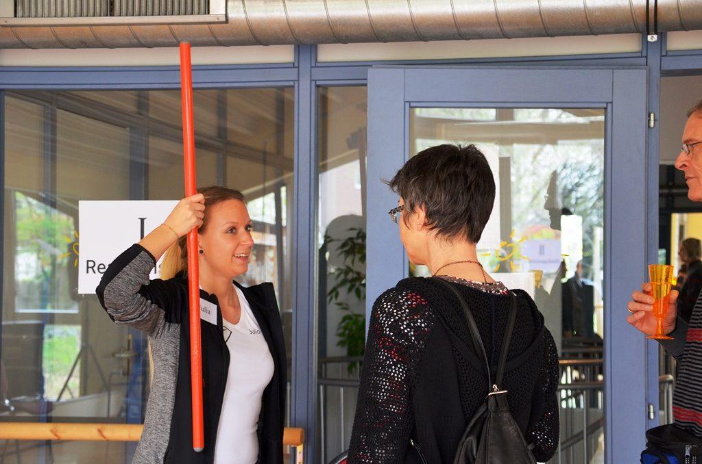 Beim Fallstabtest konnten die Besucher ihre Reaktion testen. Wie schnell leitet das Gehirn die Info an den Arm? (Foto: © Martina Hörle)