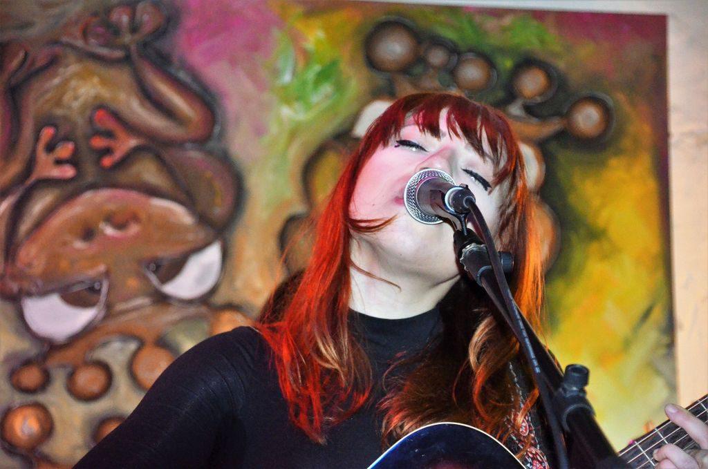 Manchmal wirkt Suzan Köcher bei ihren Songs ganz verträumt und entrückt. Ihre warme Stimme ist traurig und tröstlich zugleich. (Foto: © Martina Hörle)