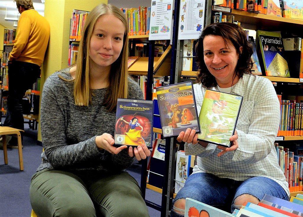 Auszubildende Monique Müller (li.) und Mitarbeiterin Silke Koppetsch sind sicher, dass die Kinder von den Filmen begeistert sein werden. Das Cineminni ist eine regelmäßige Einrichtung, die an jedem letzten Freitag im Monat stattfindet. (Foto: © Martina Hörle)