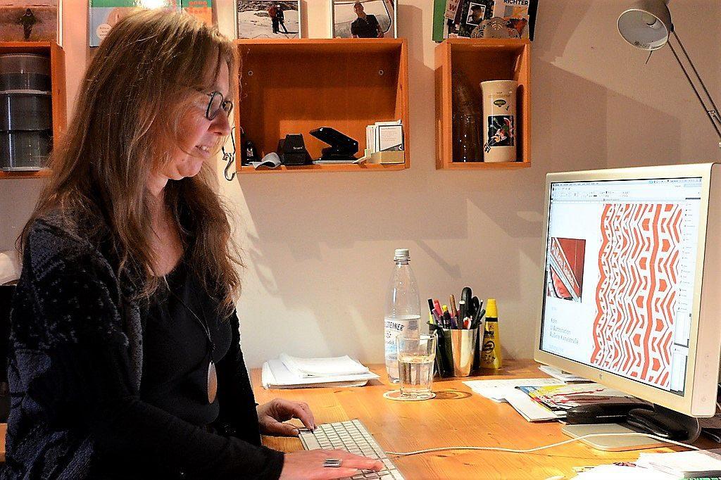 Viel Zeit verwendet Inge Heyen fürs Experimentieren. Welches Detail soll dem Foto entnommen werden? Kann man es aneinandersetzen? Soll es gespiegelt werden? Motive, die sie nicht unbedingt mag, macht sie auf diese Weise für sich selbst gefällig. (Foto: © Martina Hörle)