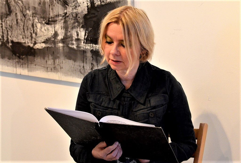 Claudia Gahrke ist aus zahlreichen Hörbuchproduktionen, Hörspielen und Literaturlesungen bekannt. Bei der Finissage las sie aus Bölls irischen Tagebuch. 30 Besucher hörten gespannt zu und folgten mental auf die Reise nach Achill Island. (Foto: © Martina Hörle)