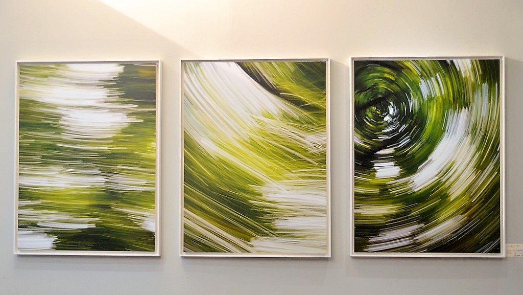 Gegenständliches ist bei Klaus Zimmermann meist in Schwarz-Weiß. Seine Abstraktionen stellt er farbig dar. Dieses Werk lebt von der Dynamik der Bewegungen. Titel gibt der Fotograf seinen Bildern nicht. Es soll dem Betrachter überlassen bleiben, was er sieht. (Foto: © Martina Hörle)