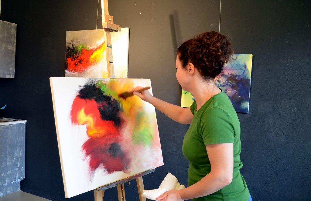 Manche ihrer Bilder sind wahre Farbexplosionen. Ihre Inspiration holt sich Widenka aus vertonten Rilke-Texten.(Foto: © Martina Hörle)