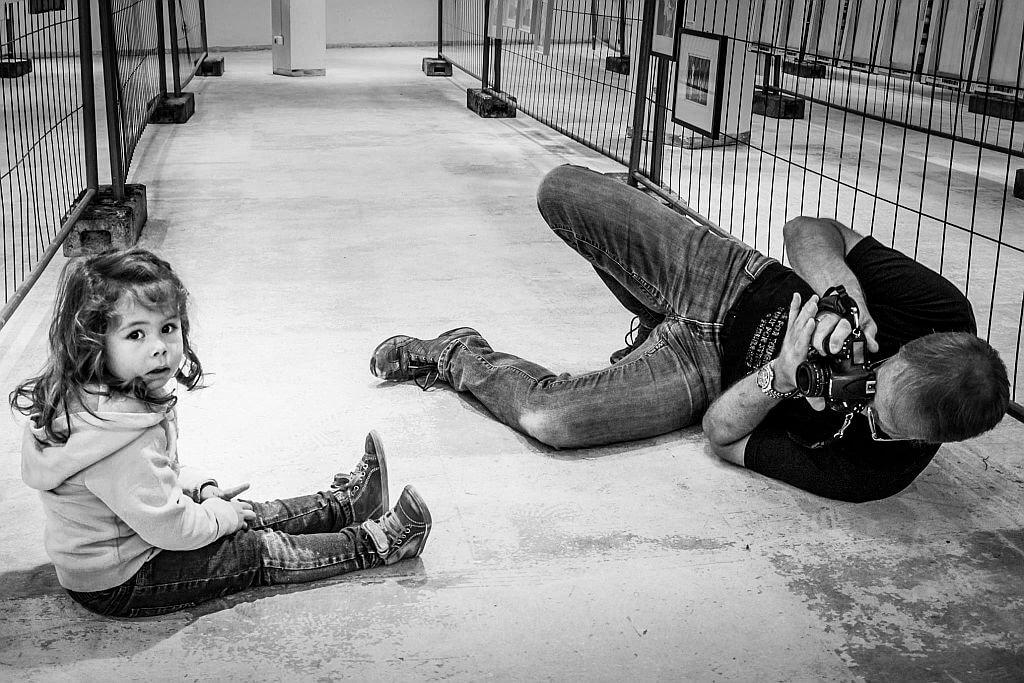 """Wenn Reimann Kinder fotografiert, begibt er sich auf die gleiche Augenhöhe. """"Bilder auf Augenhöhe sind besser als Bilder von oben herab"""", weiß der erfahrene Fotograf. (Foto: © Frank Reimann)"""