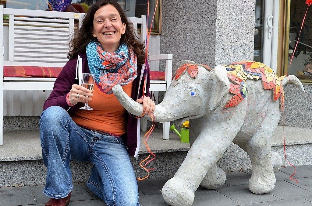 """Die Malerei steht bei Chrissie Cardullo erst an zweiter Stelle. Die Gestalterin hat für sich das Material """"Beton"""" entdeckt. Für den Elefanten hat sie zunächst eine Styroporform hergestellt und dann den Zement aufgetragen. Verziert wird das Werk mit einem Mosaik aus leuchtend bunten Fliesen. (Foto: © Martina Hörle)"""