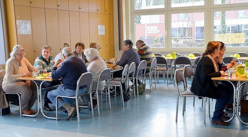 An dem reichhaltigen Buffet ist für jeden Geschmack etwas dabei. Die Senioren genießen die Möglichkeit des kommunikativen Austausches und des geselligen Beisammenseins. Mittlerweile ist das Seniorenfrühstück zu einer festen Einrichtung geworden. (Foto: © Martina Hörle)