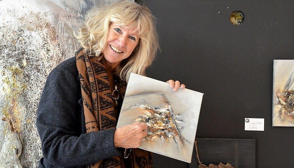 Anne Ruffert kombiniert bei ihren Arbeiten gerne Acrylmalerei mit Holz. Die Naturliebhaberin sammelt die Holzstücke auf ihren Waldspaziergängen. (Foto: © Martina Hörle)