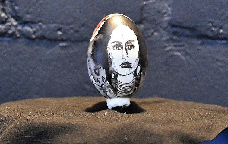 Janine Werner hatte ein hartgekochtes Ei mit barocker Bemalung versehen. Es steht in ihrem Atelier unter einer Glasglocke. (Foto: © Martina Hörle)
