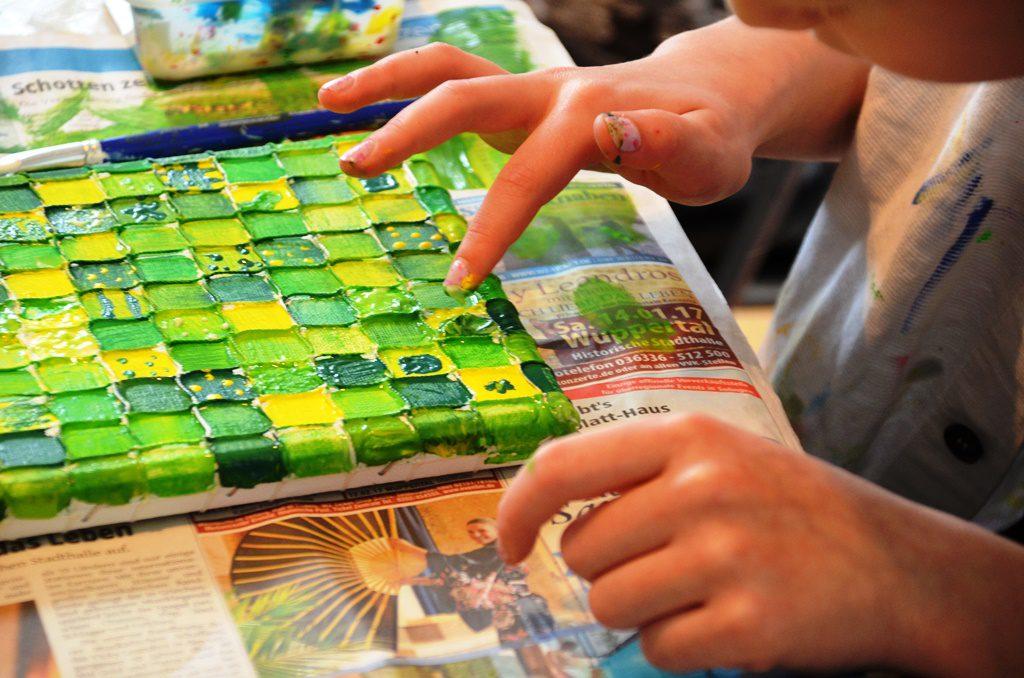 Die Acrylfarbe kann mit den Fingern genauso gut aufgetragen werden wie mit dem Pinsel. (Foto: © Martina Hörle)