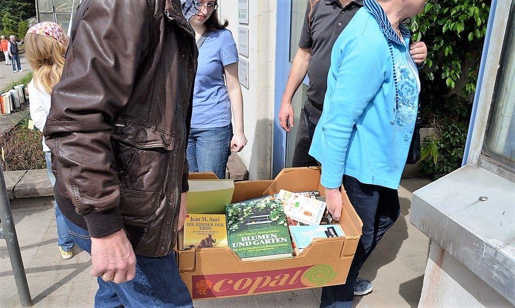 Manches Bücherregal war geplündert worden. Kistenweise wurden Romane, Kinderbücher, Koch- und Sachbücher gebracht. (Foto: © Martina Hörle)