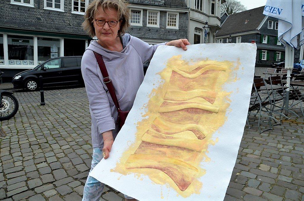 Christina Koester hat mit Prägungen gearbeitet. Dieses Papierrelief in der Größe 200 x 80 cm hat durch Coloration mehr Tiefe bekommen. (Foto: © Martina Hörle)