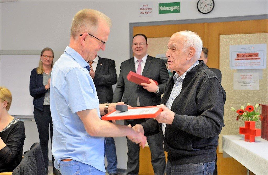 Harald Knipper (li.) nahm aus den Händen von Rolf Jacobi, dem Ehrenvorsitzenden des DRK-Kreisverbandes, seine Urkunde entgegen. Knipper hat bereits 150 Mal sein Blut abgegeben. (Foto: © Martina Hörle)