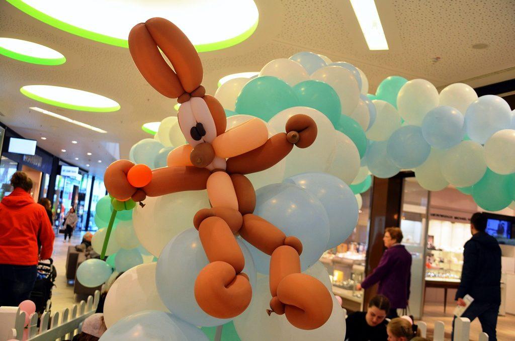 """""""Für einen solchen Hasen braucht man allerdings sechs Ballons"""", verraten uns die großen Helfer von Franke interaktive events.(Foto: © Martina Hörle)"""