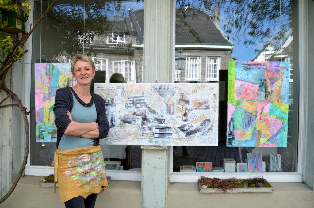 """Heike Buschkotte-Leichsenring hat alte Unterlagen aus dem Nachlass ihres Schwiegervaters zu neuen Collagen verarbeitet. """"Spuren von Buko verändert durch Lei"""" nennt sie ihre Arbeiten. (Foto: © Martina Hörle)"""