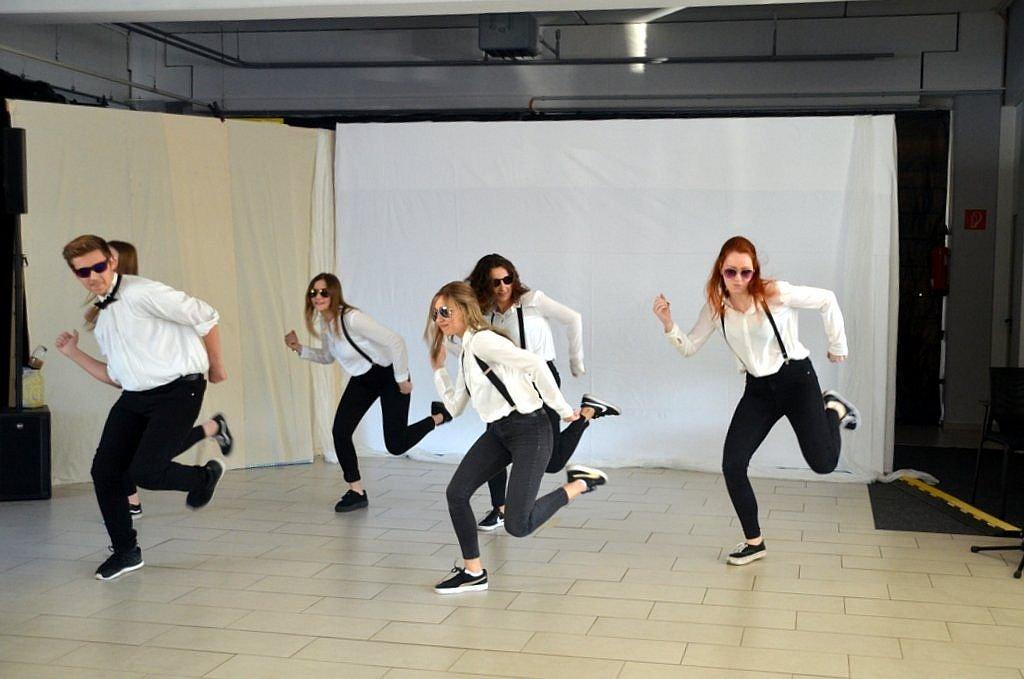 Mit viel Schwung und Rhythmus wusste die Hip-Hop Gruppe der Tanzschule Xperience das Publikum zu begeistern. Die Tanzschule hatte erst im vorigen Herbst Eröffnung und von Beginn an einen regen Zulauf. (Foto: © Martina Hörle)