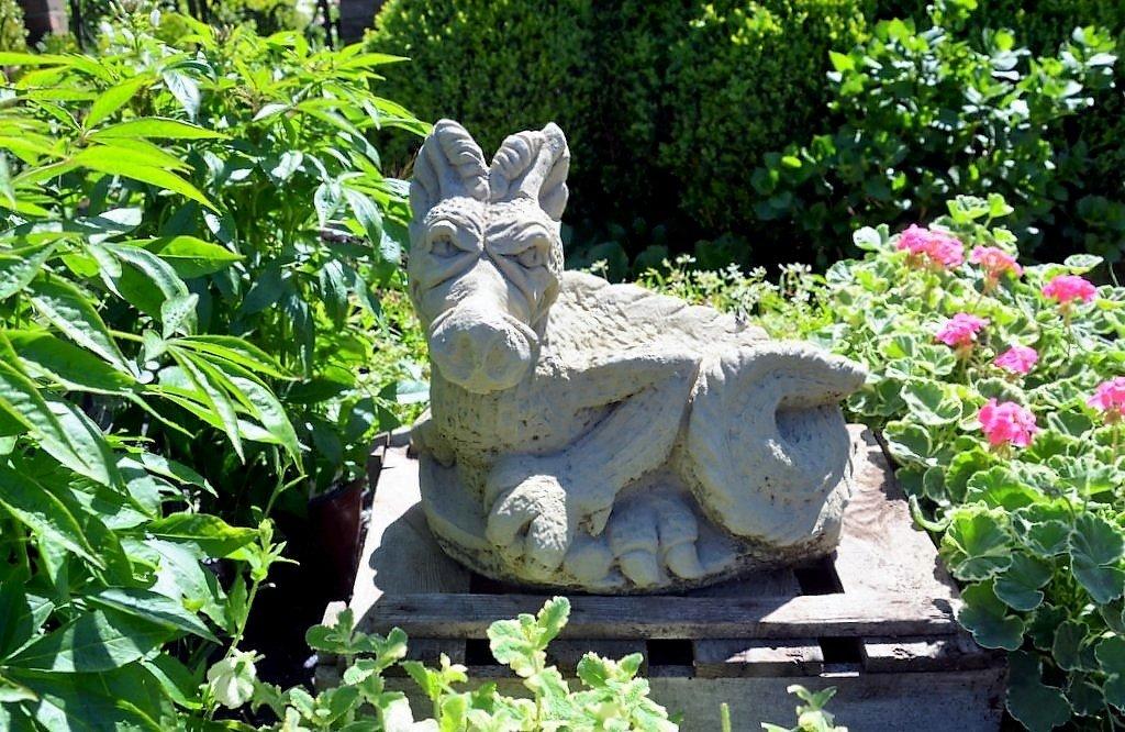 In Beeten, zwischen Stauden und am Wegrand findet man immer wieder dekorative Skulpturen aus Beton oder Steinguss. (Foto: © Martina Hörle)