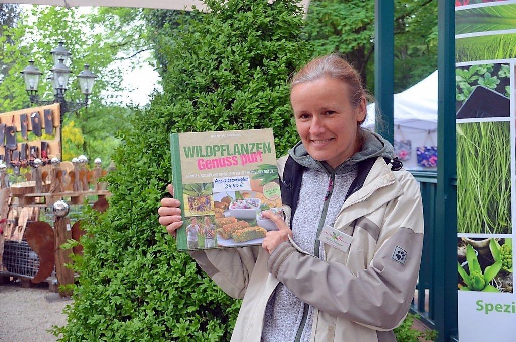 Kräuterpädagogin Celia Nentwig führt ihre Gruppe auf einer Wildkräuterführung über die Wiesen. Sie möchte den Blick auf die Wildpflanzen schärfen. Im vergangenen Jahr hat sie ihr drittes Buch über Wildpflanzen veröffentlicht. (Foto: © Martina Hörle)